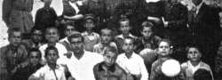 """1930. Helias in der zweiten Klasse, Archanes, Kreta. Er und sein Bruder George waren bekannt als die """"Amerikaner"""", und Helias wurde liebevoll """"Louis"""" von allen genannt. Beide hatten nicht vergessen, dass sie Amerikaner waren, aus welchem Land sie kamen und das sie Englisch sprachen."""