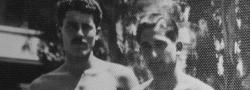 1943. Αριστερά ο Σήφης Μιγάδης, με τον Ηλία Δουνδουλάκη, μετά την φυγάδευσή τους από την Κρήτη, δίπλα σε μία πισίνα κοντά στο αρχηγείο της Βρετανικής SOE στην Ηλιούπολη του Καϊρου, στην Αίγυπτο.