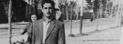 """1944. Ο πράκτορας του OSS Ηλίας Δουνδουλάκης, στον κακόφημο """"Λευκό Πύργο,"""" που φαίνεται στο βάθοςστην προκυμαία της Θεσσαλονίκης."""
