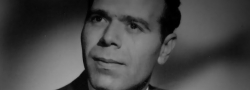 1960. Ο Γιάννης Ανδρουλάκης. Κατετάγη στον Βρετανικό στρατό και εκπαιδεύθηκε από το SOE. Συνελήφθη από την Γκεστάπο το 1945 στην Κρήτη, και τον απελευθέρωσαν οι Γερμανοί επειδή οι συμπολεμιστές του πλήρωσαν λύτρα σε χρυσό. Μετανάστευσε στις Ηνωμένες Πολιτείες και σπούδασε ναυπηγική.