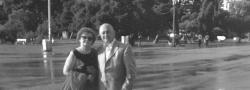 2004. Η Ρίτα Δουνδουλάκη και ο Ηλίας Δουνδουλάκης στην προκυμαία της Θεσσαλονίκης κοντά στον Λευκό Πύργο. Μετά από 60 χρόνια, τελικά ο συγγραφέας επέστρεψε.