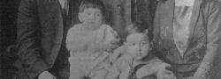 1924. Canton, Ohio. Demetrios und Eva Doundoulakis mit Söhnen Helias und George. Onkel Manoli, Demetrioses Bruder, stehend.