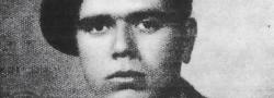 """1943. John Androulakis, oder auch """"Yianni"""", mit dem Spitznamen """"Hyrobombida"""" von Kapitän Leigh Fermor, dem griechischen Wort für Handgranate genannt. Da es seine Gewohnheit immer war eine in seiner Tasche zu haben. Er trat der Britischen Armee bei und wurde zurück nach Kreta geschickt, um das Peza Öl Depot zu sabotieren mit sechs anderen Britischen Saboteuren."""