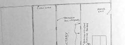 April-Dezember,1944.  Die Zeichnung des Autor's von einer Jüdischen Textil Fabrik, wo der Radiofunk versteckt wurde. Rechts, das Haus indem 4 Deutsche Offiziere lebten und die Lage ihres Kartenspiel Tisches, wo sie oft Bridge spielten. Frau Eleni's Wohnung ist im unterem Bereich der Zeichnung.
