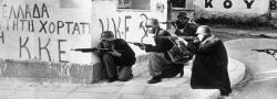 Griechische Kommunisten, ELAS Revolutionäre in Athen, tragen Helme von Deutsche Gefangene. An der Wand ist KKE zu lesen, die Griechisch Kommunistische Partei.