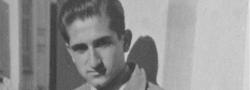 Dezember, 1944. Helias Doundoulakis in Bari, Italien. Mit dem griechischen Bürgerkrieg im gebräu, wurde der Autor zur OSS-Bari Station versetzt. Hier, trägt der Autor die Jacke, die ihm von dem OSS Leutnant auf dem Britischen Schiff übergeben wurde.