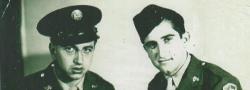1945. Kairo. Sgt. George Doundoulakis und Cpl. Helias Doundoulakis, wiedervereinigt, nach deren erfolgreichen Missionen.