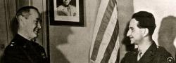 """1945. General Giles zeichnet George Doundoulakis mit der """"Legion of Merit"""" Medaille aus."""